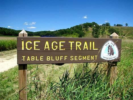 Lähes 2000 kilometriä pitkä Ice Age Trailin reitti kulkee 30 eri Wisconsinin piirikunnan läpi. Nimensä jääaikapolku on saanut edellisen jääajan aikaisten jäätiköiden aiheuttamasta reunamuodostelmasta, jota polku seuraa.