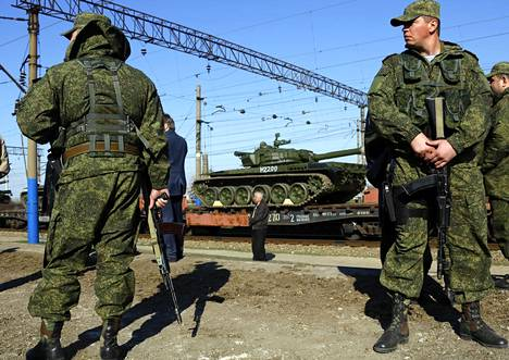 Venäläissotilaat vartioivat kaluston kuljetusta Krimin Simferopolin lähellä maaliskuussa 2014.