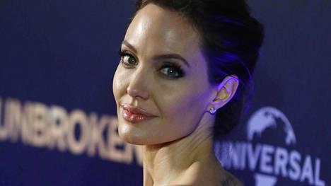 Angelina Jolie on ohjannut Murtumaton-elokuvan, joka saa Suomen-ensi-iltansa tämän viikon perjantaina.