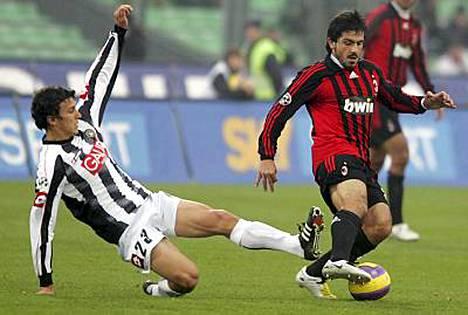 Udinesen Roman Eremenko (vas.) taklaa AC Milanin Gennaro Gattusoa.
