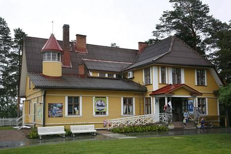Ti-Ti Nalle asuu Ikaalisissa, vanhassa tuhatneliöisessä hirsitalossa. Ti-Ti Nallen talo on suosittu lapsiperheiden matkailukohde.