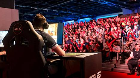 Nykytulkinnan mukaan esimerkiksi tapahtumissa pelattavia CS-turnauksia saavat katsoa vain 16-vuotiaat ja sitä vanhemmat. Lava ja katsomo tulee eristää muusta tapahtumapaikasta.