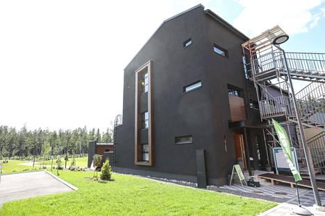 Jämerä Salmiakki on townhouse-kokonaisuuden päädyssä. Kolmikerroksisena se on townhousen suurin asunto.