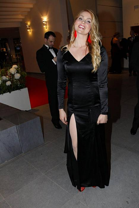 Näyttelijä Essi Hellénin oli suunnitellut itse silkkisen iltapukunsa. Erikoiset punaiset muovikorvikset olivat korusuunnittelijaystävän käsialaa.