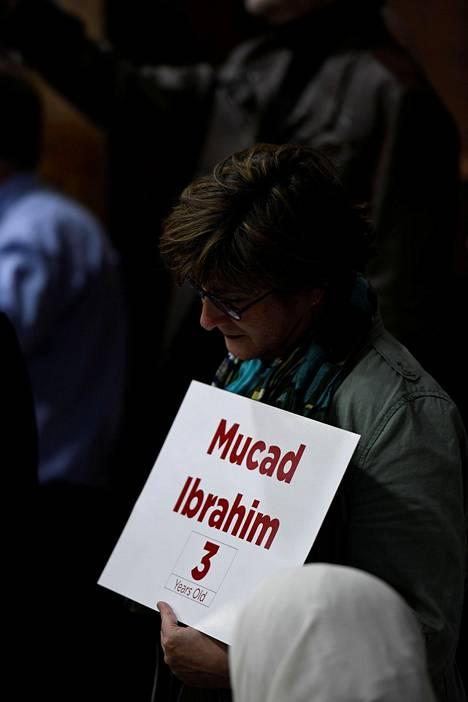 Mucad Ibrahimin kohtalo on koskettanut ympäri maailman. Virginiassa, Yhdysvalloissa pidettiin terrori-iskun uhreille muistotilaisuus, jossa nainen piteli käsissään Mucadin nimellä varustettua lappua.