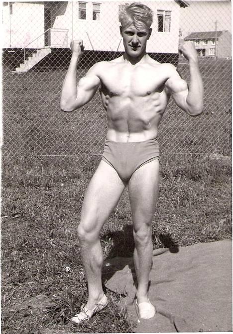 Veli Lehtelä oli huipputekijä myös painissa. Atleettinen kuva on Melbournen olympiamatkalta 1956.
