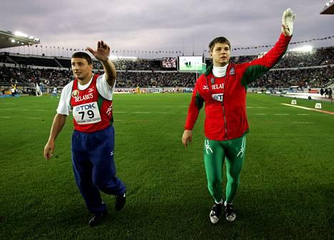 Valkovenäläiskaverukset Ivan Tihon ja Vadim Devjatovski tervehtivät Helsingin olympiastadionin yleisöä MM-finaalin jälkeen 2005. Tihon voitti kultaa ja Devjatovski pronssia. Yhdeksän vuotta myöhemmin Devjatovski nousi lopulta hopealle, kun Tihon hylättiin dopingkäryn takia. Devjatovski kärysi myöhemmin toista kertaa urallaan ja sai elinikäisen dopingpannan. Se kuitenkin kumottiin CASissa vuonna 2014.