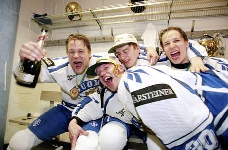 Suomen joukkue juhlimassa maailmanmestaruutta Tukholman Globenissa 7. toukokuuta 1995. Ville Peltonen (takana keskellä) ja Antti Törmänen (takana oikealla) kaulailemassa mestaruuden jälkeen. Kuvassa vasemmalla Raimo Summanen ja etualalla luukkuvahtina toiminut maalivahti Jukka Tammi. Koko nelikko on toiminut pelaajauransa jälkeen valmentajina.