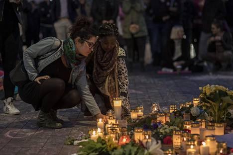 Kynttilöitä sytytettiin Jimin muistolle.