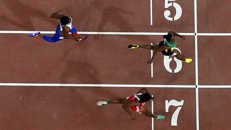 Veronica Campbell-Brown tuli Margaret Adoyen radalla maaliin. Vitosradalta lähtenyt jamaikalainen koukkasi kaarteessa kutosradalle.
