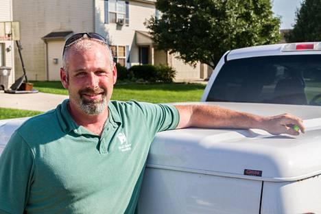 rakennusalan projektijohtaja Tim Warner pickup –autonsa vieressä Fort Waynessa, Indianassa.