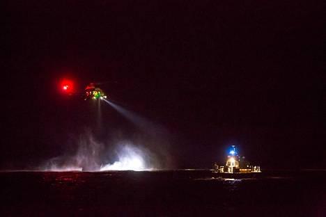 Helikopteri pimeällä merellä myöhään lauantai-iltana.
