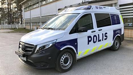 Poliisi on saanut maijoiksi Volkswagen Transporterien rinnalle Mercedes-Benz Vitoja. Nyt tulleet Vito- ja Sprinter-mallit lienevät ensimmäiset poliisin käytössä olevat Mercedes-Benzin pakettiautomallit. Ainakin tässä Vito-maijassa oli liukuovi auton molemmilla puolilla.
