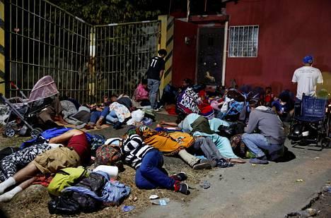 Hondurasilaiset siirtolaiset löysivät vaatimattoman lepopaikan.