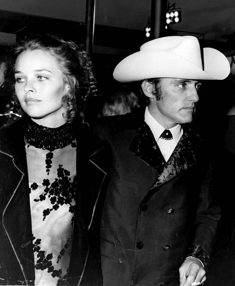 Dennis Hopperin ja Michelle Phillpsin pikaeron syy on edelleen mysteeri, sillä kumpikaan osapuoli ei ole juurikaan kommentoinut lyhytkestoista liittoa julkisuudessa.