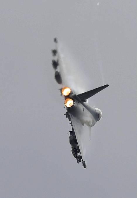 Eurofighter Typhoon näytöksessä Britanniassa 12.7.2016.