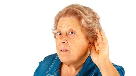 Huonokuuloisten iäkkäiden muisti saattaa heikentyä hitaammin, jos he hankkivat itselleen kuulolaitteen.
