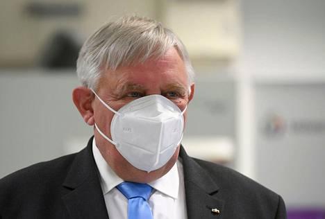 Nordrhein-Westfalenin osavaltion sisäministeri Karl-Josef Laumann käytti FFP2-tason maskia vieraillessaan koronarokotuskeskuksessa maanantaina.