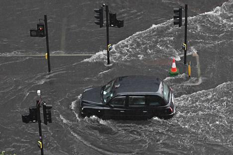 Rankkasade on saanut kadut tulvimaan.