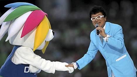 Sarbi ja MC Kim-Jong Suk kisojen avajaisissa.