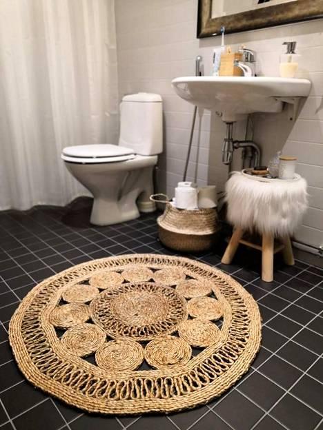 Kun vessan säilytystila on vähissä, sitä voi luoda itse koreilla ja penkeillä.