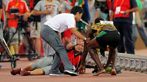 Tv-kuvaaja kolasi Usain Boltin nurin.