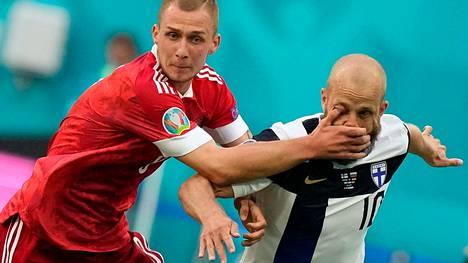 Dmitri Barinov pysäytti Teemu Pukin etenemisen iskemällä kätensä suomalaispelaajan kasvoihin.