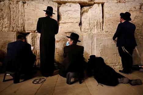 Murhe muurilla. Miehet rukoilivat Jerusalemin Länsimuurilla viettäessään Tisha be'av -pyhää. Vuotuista paastopäivää on kutsuttu juutalaisen vuoden surullisimmaksi.