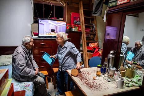 Shanghai on ikääntyvä megakaupunki: kolmannes shanghailaisista on yli 60-vuotiaita. Tämä vanha pariskunta on asunut vuosikymmeniäyhden huoneen asunnossa Hongkoun vanhassa juutalaisgetossa. Kirjan kuvitusta.