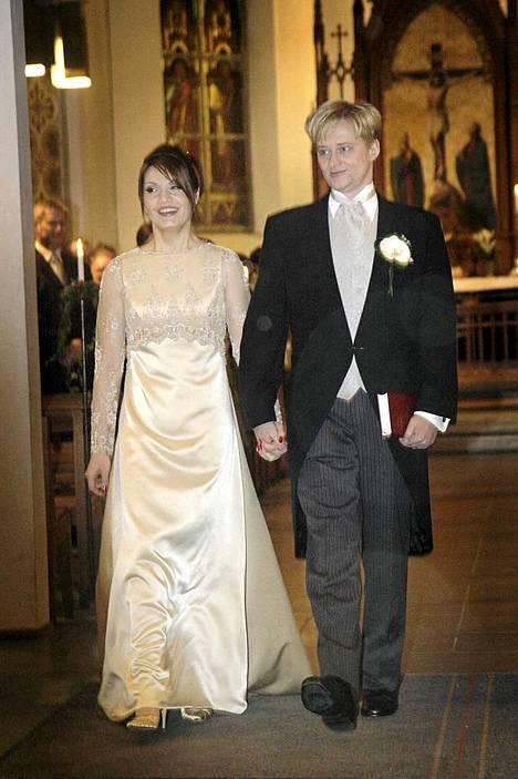 Käsikkäin kohti tulevaa. Jungnerit solmivat avioliiton 8.12.2007.