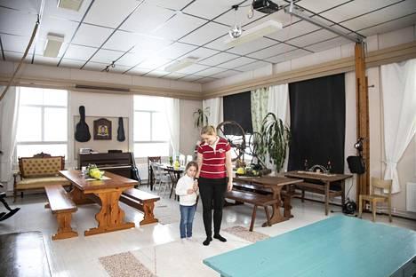 Anne-Leena Pellikka asuu perheineen Hamulan kylässä.