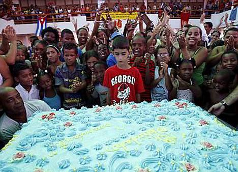 Lapset lauloivat Castron kunniaksi Hyvää syntymäpäivää jättikakun äärellä.