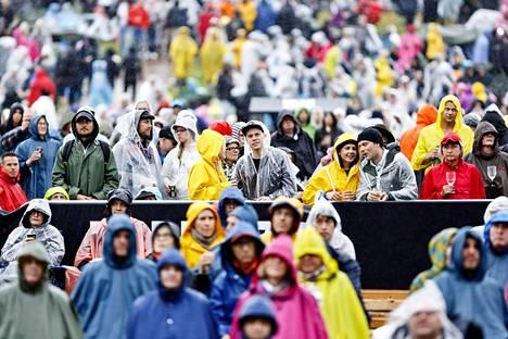 Viime kesänäkin juhlittiin sateessa. Yleisöä Richard Ashcroftin keikalla Kirjurinluodolla Pori Jazz -festivaalilla.