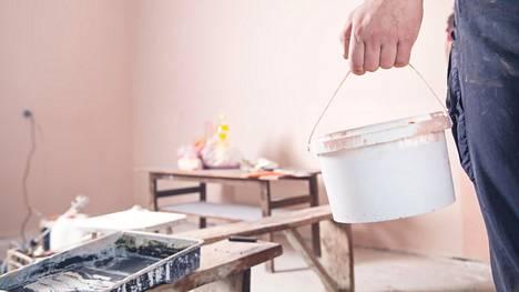 Kotitalousvähennyksen saa verotuksessa remontointi-, siivous- ja hoivapalveluiden maksuista.