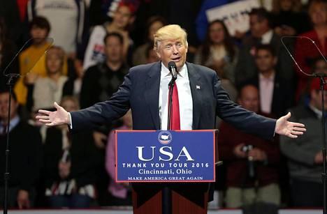 Donald Trump perustelee säätiönsä hajottamisaikeita mahdollisten eturistiriitojen välttämisellä.