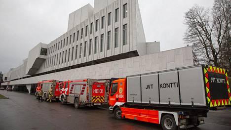 Finlandia-talossa oli paikalla useita pelastuslaitoksen yksiköitä.