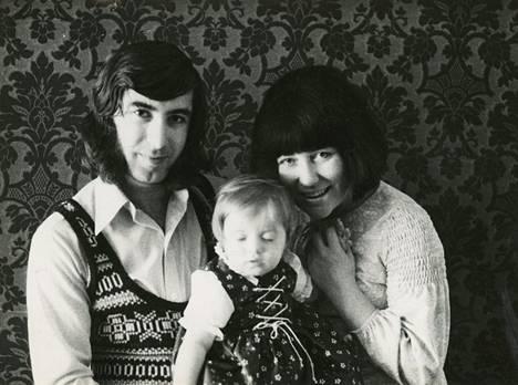 """Milana Misic kuvattuna lapsena isänsä Milan """"Miso"""" Misicin ja Laila Kinnusen kanssa."""