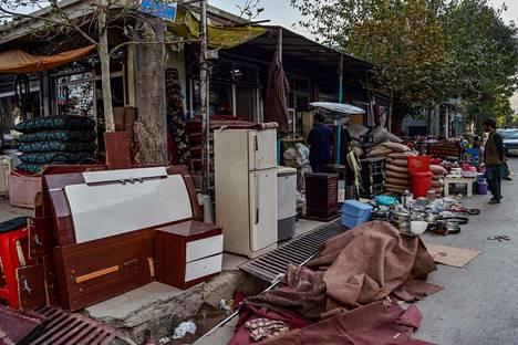 Kabulissa kauppiaat myyvät Afganistanista paenneilta tai rahan tarpeessa olleilta ostettuja esineitä.