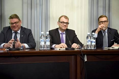 Keskustan, kokoomuksen ja perussuomalaisten välisiä neuvotteluja käydään hallituksen muodostaja Juha Sipilän (kesk) vetämässä strategiatyöryhmässä sekä EU-asioihin, ulko- ja turvallisuuspolitiikkaan ja maahanmuuttoon keskittyvissä omissa työryhmissään.