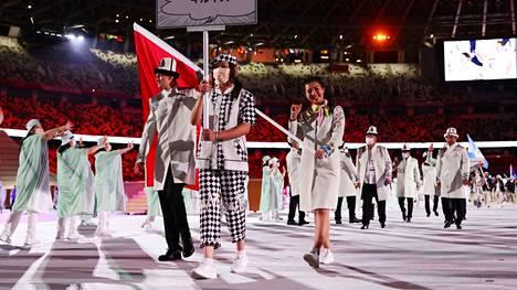 Kirgisian lipunkantajat Kanykei Kubanychbekova ja Denis Petrashov eivät käyttäneet maskeja.