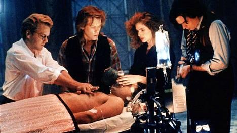 Raja tuntemattomaan -elokuvassa näyttelivät Kiefer Sutherland (vas.), Kevin Bacon, Julia Roberts, Oliver Platt ja William Baldwin (edessä) vuonna 1990.