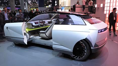 Konseptimallisessa Hyundai EV45:ssä oli varsin erikoinen oviratkaisu. Nähtäväksi jää, kuinka paljon tavanomaisempi on uuden Ioniq-merkin ensimmäinen tuotantomalli.
