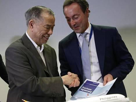 Airbusin toimitusjohtaja Fabrice Bregier (oik.) ja Philippines Airlinesin pääjohtaja Lucio Tan