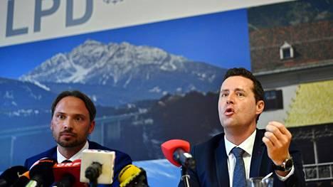 Itävallan poliisin edustaja Dieter Csefan (vas.) ja Itävallan syyttäjänviraston tiedottaja Hansjörg Mayr tiedotustilaisuudessa.