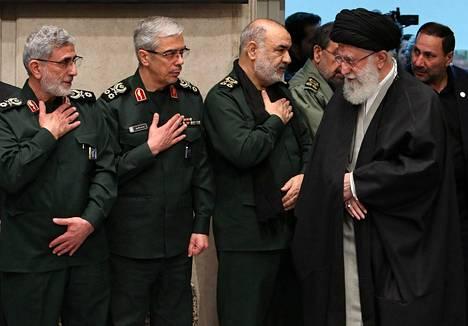 Ali Khamenei (oik.) tapasi Quds-joukkojen uuden komentajan Esmail Qaanin (vas.) ja Iranin armeijan kenraalin Mohammad Bagherin ja vallankumouskaarin Hossein Salamin tällä viikolla.
