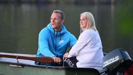 Tuore Euroopan mestari Zigismund Sirmais souteli tyttöystävänsä Lina Muzen kanssa Äänekoskella alkukesästä.