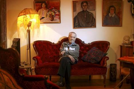 Olohuoneen maalaukset ovat Christer Kihlmanin appiukon taidemaalari Tor Enckellin tekemiä. – Nämä taulut ovat minulle hyvin rakkaita, kirjailija sanoo,