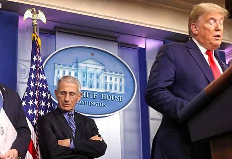 Tartuntatautien asiantuntijasta Anthony Faucista (vas.) on tullut ylistetty korona-asiantuntija, johon luottavat sekä media ja yleisö että normaalisti  riitaiset poliitikot. Hänet on nähty oikomassa Yhdysvaltain presidentin  Donald Trumpin puheita suorissa tv-lähetyksissä.