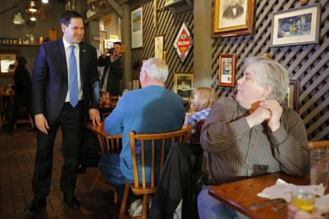 Republikaanien Marco Rubio tervehti ravintolan asiakkaita Cliven kaupungissa Iowassa maanantaina.