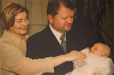 Ristiäiset. Anun ja Timon Tatu-poika syntyi loppuvuodesta 2000.
